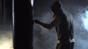 Treinamento do pugilista no gym vídeos de arquivo