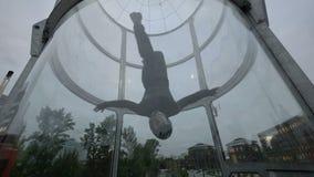 Treinamento do skydiver do voo no túnel de vento Voo de formação em um túnel de vento filme