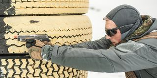 Treinamento do tiro da arma do combate atrás e em torno da tampa ou da barricada imagens de stock royalty free