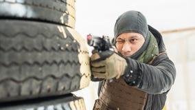 Treinamento do tiro da arma do combate atr?s e em torno da tampa ou da barricada fotografia de stock royalty free
