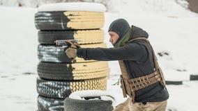 Treinamento do tiro da arma do combate atr?s e em torno da tampa ou da barricada foto de stock