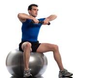 Treinamento do weigth da postura do exercício da esfera da aptidão do homem Fotos de Stock