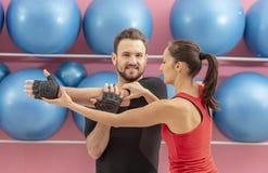Treinamento dos pares em um Gym Fotos de Stock Royalty Free