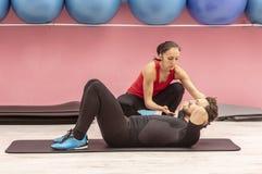 Treinamento dos pares em um Gym Fotografia de Stock Royalty Free