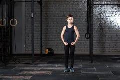 Treinamento e esporte Criança no gym do crossfit Estilo de vida saudável imagem de stock