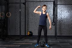 Treinamento e esporte Criança no gym do crossfit Estilo de vida saudável imagens de stock royalty free