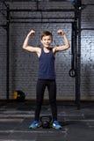 Treinamento e esporte Criança no gym do crossfit Estilo de vida saudável fotografia de stock royalty free