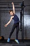 Treinamento e esporte Criança no gym do crossfit Estilo de vida saudável imagens de stock
