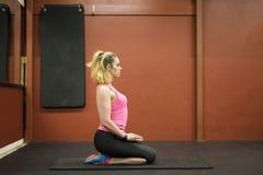 Treinamento escandinavo louro caucasiano da menina da aptidão no gym que faz a ioga imagem de stock royalty free