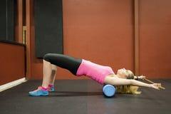 Treinamento escandinavo louro caucasiano da menina da aptidão no gym que faz a ioga fotos de stock royalty free