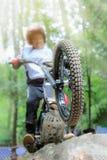Treinamento experimental da motocicleta na rocha Imagens de Stock Royalty Free