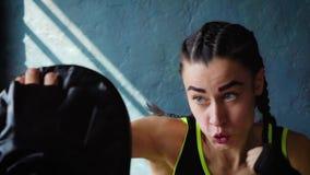 Treinamento fêmea branco apto do pugilista do close up com o treinador do encaixotamento no gym no movimento lento vídeos de arquivo