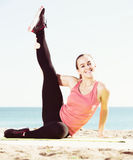 Treinamento fêmea na praia do mar Imagem de Stock Royalty Free