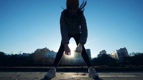 Treinamento físico de uma senhora com uma mão protética