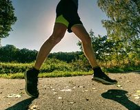 Treinamento físico premente O atleta corre rapidamente através da aleia imagens de stock