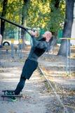Treinamento farpado muscular do homem com correias fotografia de stock royalty free