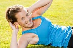 Treinamento feliz do basculador da mulher no parque Foto de Stock Royalty Free