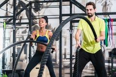 Treinamento funcional com corda da batalha no gym fotos de stock royalty free