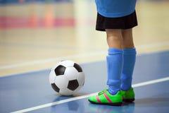 Treinamento futsal do futebol para crianças Jogador dos jovens do futebol interno Imagem de Stock