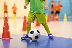 Treinamento futsal do futebol para crianças Treinamento do futebol que pinga Fotos de Stock