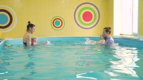 Treinamento infantil em uma piscina vídeos de arquivo