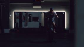 Treinamento intensivo em um elipsoide em uma sala escura com um grande espelho video estoque