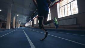 Treinamento masculino do basculador com pé protético, vista traseira vídeos de arquivo
