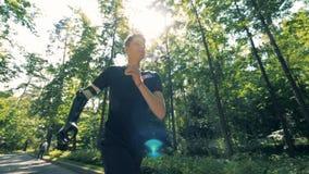 Treinamento movimentando-se de um adolescente com uma mão protética Conceito humano futurista do cyborg