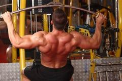Treinamento muscular do homem no gym Foto de Stock