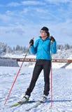 Treinamento na arena do Biathlon de Cheile Gradistei - esqui da moça do corta-mato Fotografia de Stock Royalty Free