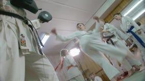Treinamento na seção das crianças do karaté