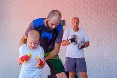 Treinamento no gym, o conceito do encaixotamento do desenvolvimento dos esportes imagem de stock