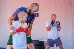 Treinamento no gym, o conceito do encaixotamento do desenvolvimento dos esportes fotografia de stock