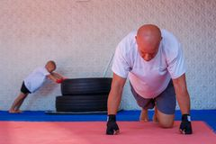 Treinamento no gym, o conceito do encaixotamento do desenvolvimento dos esportes imagem de stock royalty free
