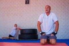 Treinamento no gym, o conceito do encaixotamento do desenvolvimento dos esportes imagens de stock royalty free