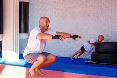 Treinamento no gym, o conceito do encaixotamento do desenvolvimento dos esportes foto de stock