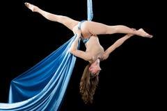 Treinamento novo da ginasta na seda aérea Foto de Stock Royalty Free