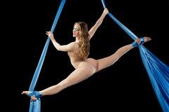 Treinamento novo da ginasta na seda aérea Fotografia de Stock