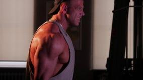 Treinamento novo do halterofilista em um gym video estoque