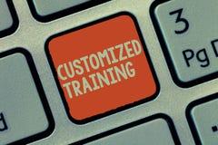 Treinamento personalizado texto da escrita da palavra Conceito do negócio para que projetado cumpra exigências especiais dos empr foto de stock