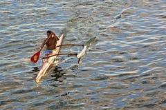 Treinamento polinésio do homem em competir a canoa de guiga fotos de stock royalty free