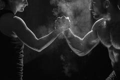 Treinamento praticando do crossfit do atleta novo foto de stock royalty free