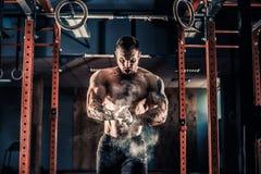 Treinamento praticando do crossfit do atleta novo imagem de stock royalty free