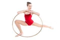Treinamento rítmico apto da ginasta com aro Fotografia de Stock