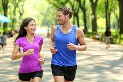 Treinamento running no Central Park, New York dos pares Fotografia de Stock Royalty Free