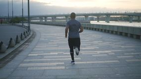 Treinamento saudável novo do homem negro e construção de seu corpo que faz o fithness e o exercício no passeio no movimento lento vídeos de arquivo