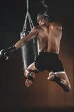 Treinamento tailandês com saco de perfuração, conceito do lutador de Muay do esporte da ação Foto de Stock