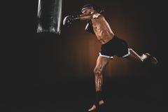Treinamento tailandês com saco de perfuração, conceito do lutador de Muay do esporte da ação Foto de Stock Royalty Free