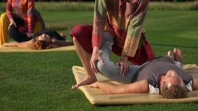 Treinamento tailandês da terapia da ioga vídeos de arquivo