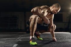 Treinamento transversal do homem forte - após um exercício pesado árduo Foto de Stock